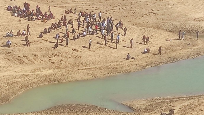 2 genç gölette boğuldu
