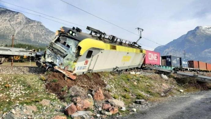 Adana'da iki yük treni çarpıştı
