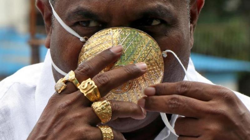Altın maske takan Hintli görenleri şaşkına çevirdi