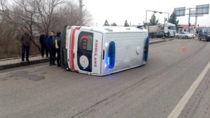Ambulansın karıştığı kazada 5 kişi yaralandı