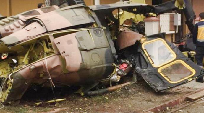 Askeri helikopter sokağa düştü