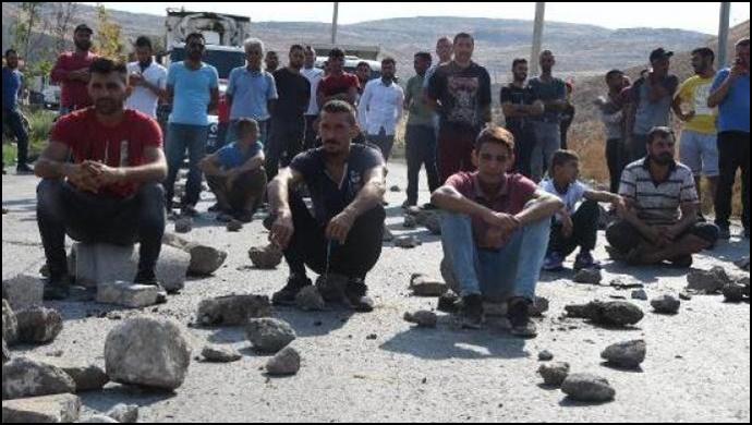 Atık toplayan işçiler yolu trafiğe kapatarak eylem yaptı