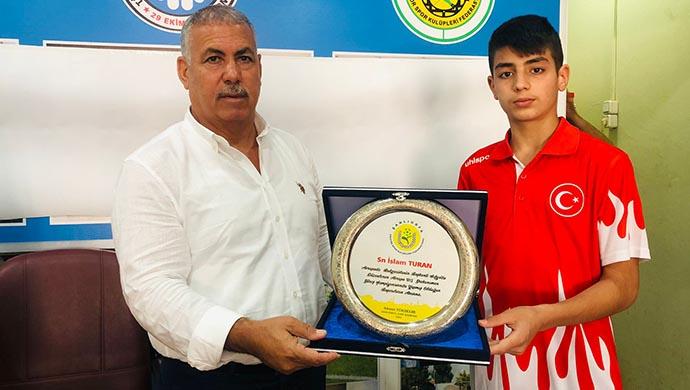 Avrupa 7'si olmuştu: ASKF'den Turan'a hediye ve plaket