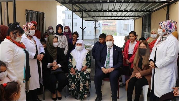 Başkan Aksoy, Kadınlar gününü karanfil dağıtarak kutladı