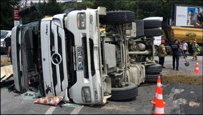 Beşiktaş'ta hafriyat kamyonu devrildi