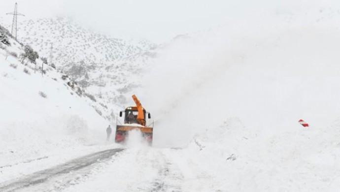 Bingöl'de çığ düştü, yol ulaşıma kapandı