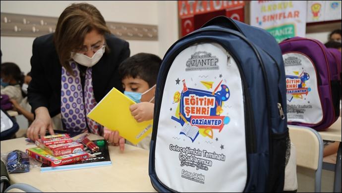 Büyükşehir, İlkokul 1'inci Sınıf Öğrencilerinin Okul Çantalarını Dağıtmaya Başladı
