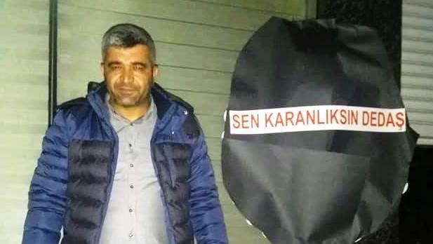 CHP'li Başkan Adayı, DEDAŞ'ın önüne siyah çelenk bıraktı
