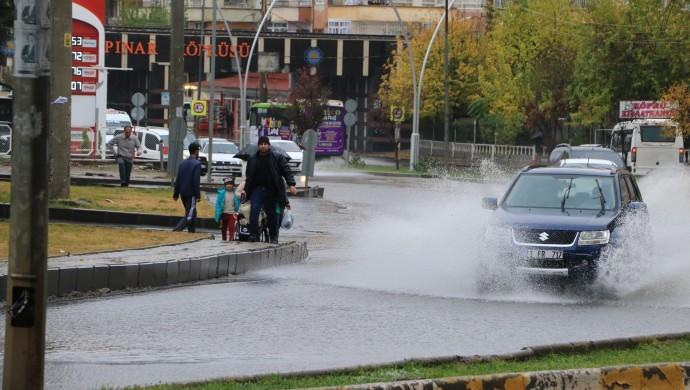 Diyarbakır'da sağanak yağış caddeleri sular altında bıraktı