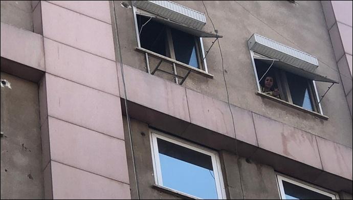 Urfa'da bir kadın 5'inci katta mahsur kaldı-(VİDEO)