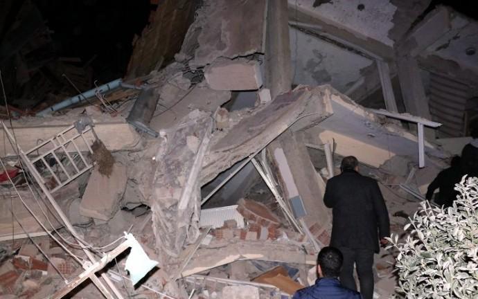 Elazığ'da deprem: İnsanlar enkaz altında kaldı