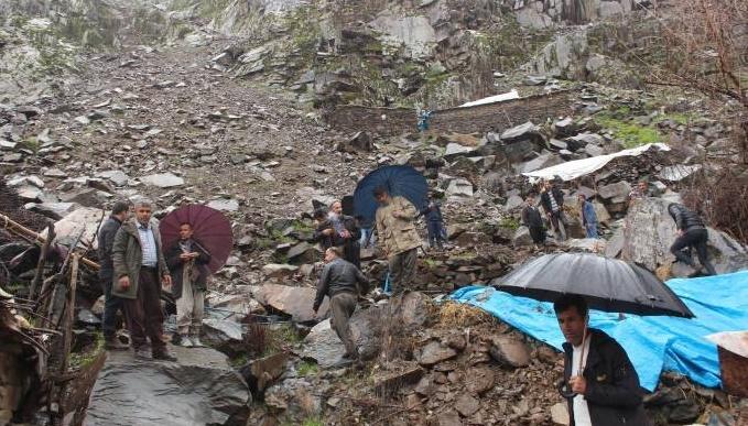 Evlerin üzerine kaya düştü: 3 kişi yaralandı
