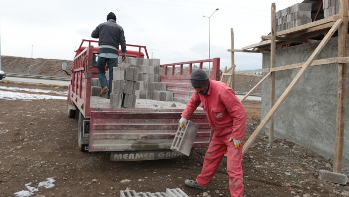 Hava eksi 10 derece: İskelede inşaat işçisi