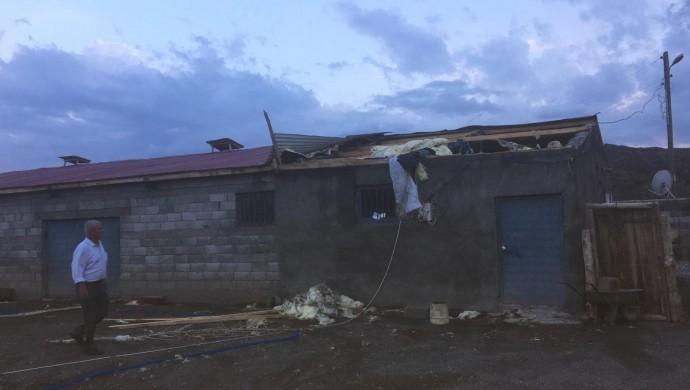 Iğdır'da sel: Ev ve ahırları su bastı