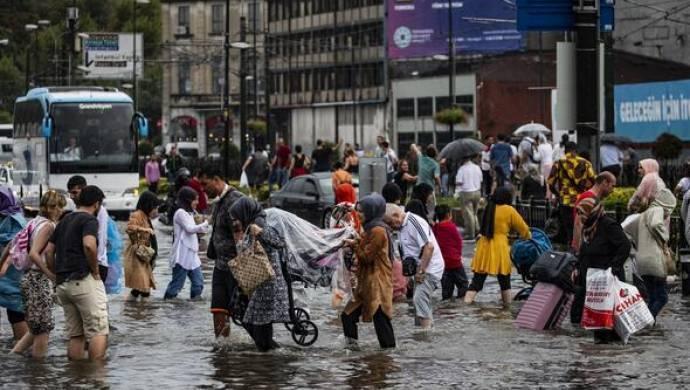 İstanbul'da yağmur hayatı felç etti: Unkapanı'ndan cenaze çıktı
