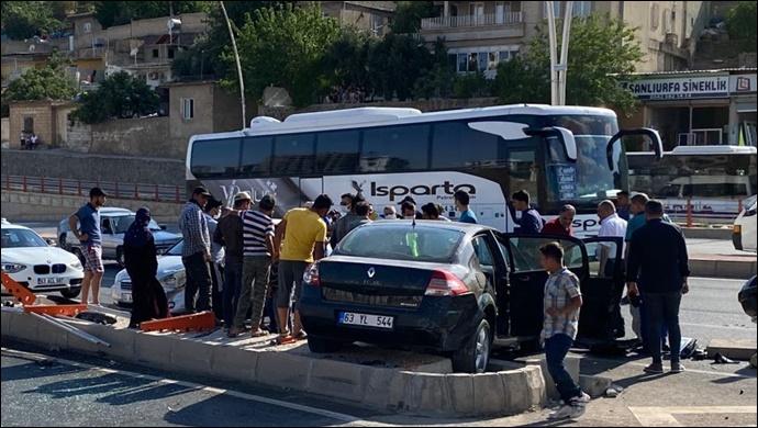 Şanlıurfa'da iki otomobil çarpıştı: Araçlar refüje çıktı