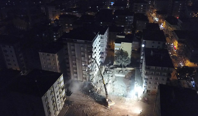 Kartal'da riskli bulunan binalarda kontrollü yıkım başladı