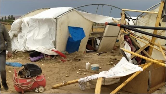 Kum fırtınası mevsimlik işçilerin çadırlarını yıktı