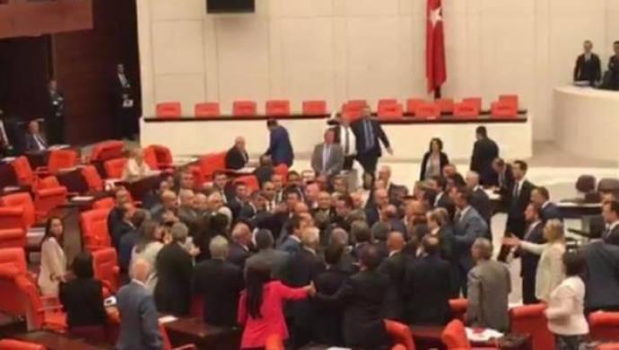 MHP'li vekiller CHP'li Özel'in üzerine yürüdü