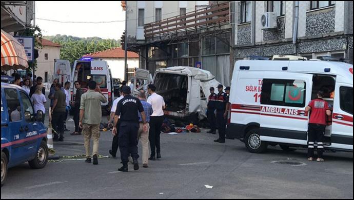 Mültecileri taşıyan minibüs kaza yaptı: 11 kişi yaşamını yitirdi