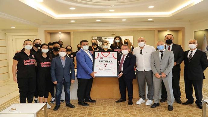 Şampiyon basketbolcular Başkan Böcek'i ziyaret etti