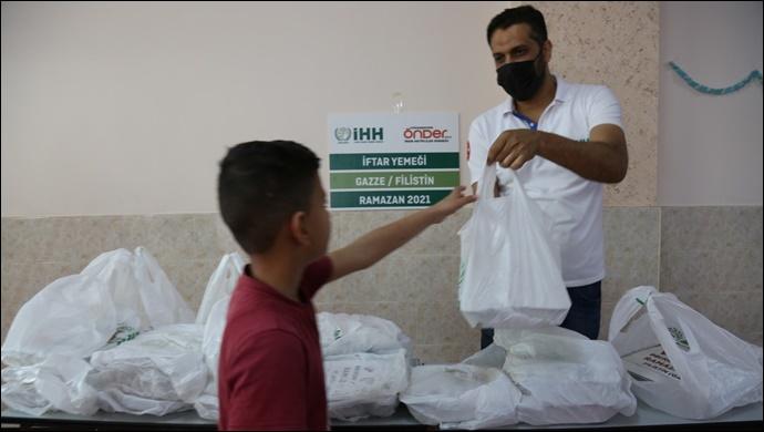 Şanlıurfa İHH Gazze De İftar Yemeği Dağıtıyor