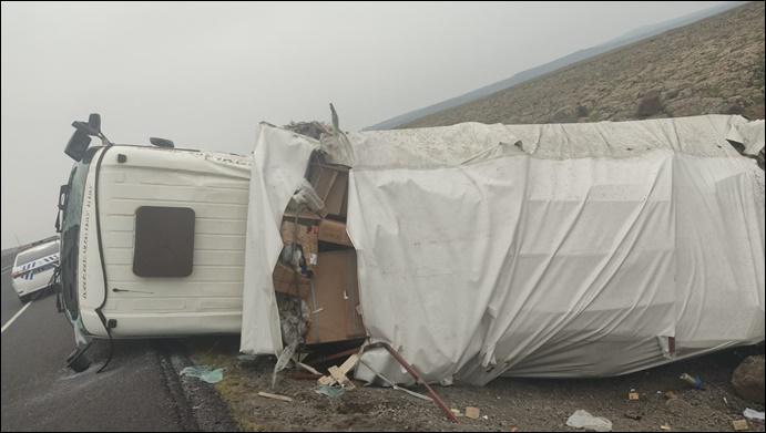 Şanlıurfa'da  beyaz eşya yüklü kamyon devrildi: 1 kişi yaralandı