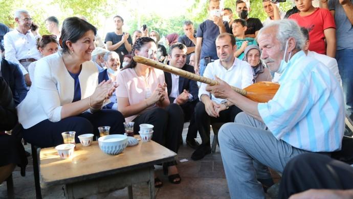 Şanlıurfa'da Buldan'a sazlı sözlü karşılama