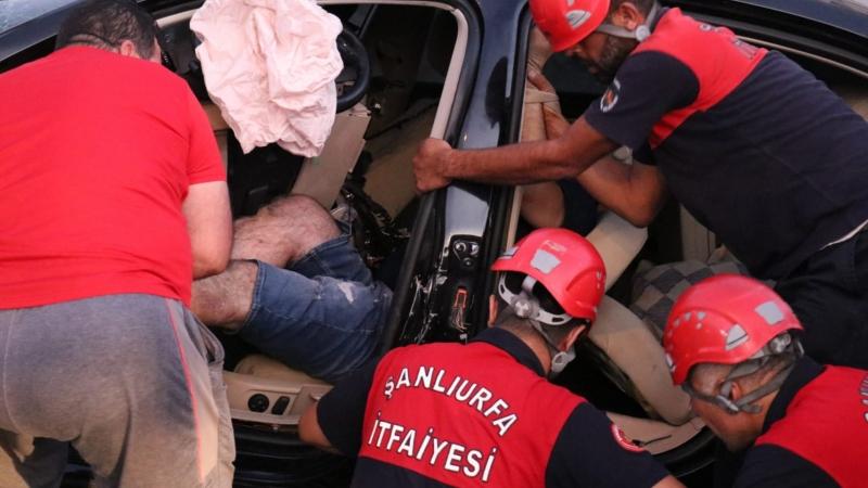 Şanlıurfa'da kontrolden çıkan araç direğe çarptı: 1 yaralı-(VİDEO)