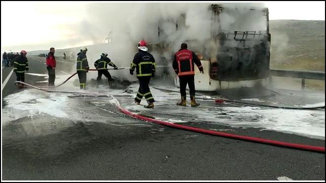 Şanlıurfa'da Seyir halindeki yolcu otobüsü yandı!-(VİDEO)