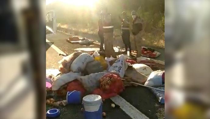 Şanlıurfa´da tır ile minibüs çarpıştı: 11 yaralı