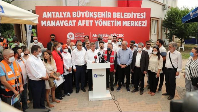 Sarıgül ve Davutoğlu 'Büyükşehir Afet Yönetim Merkezi'ni ziyaret etti