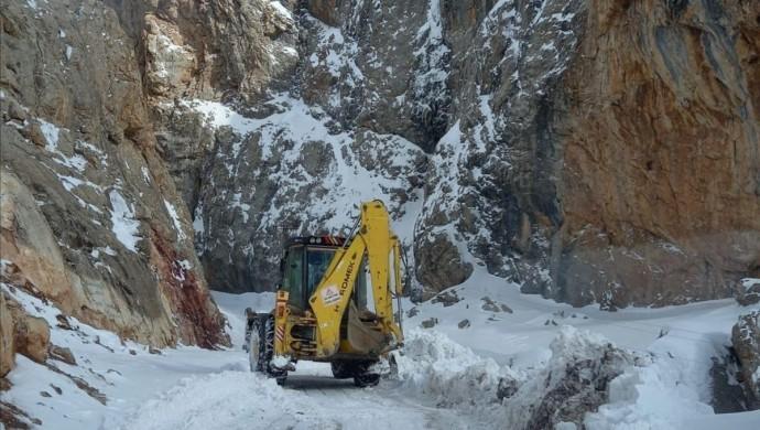 Serhat'ta 569 yerleşim yerinin yolu kapandı