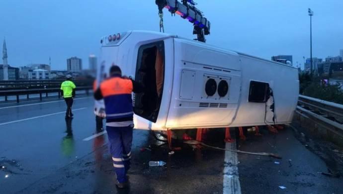 Servis midibüsü devrildi: 16 yaralı
