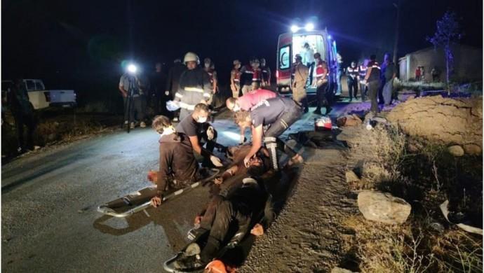 SON DAKİKA...Mültecileri taşıyan minibüs devrildi: 12 ölü, 20 yaralı
