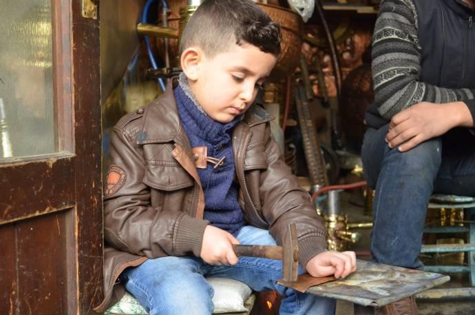 Suriyeli bakır ustası Haleb'e döneceği günü bakır işleyerek bekliyor
