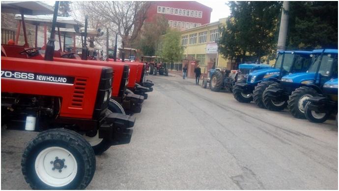 Tarladan Umduğunu Bulamayan Çiftçi, Çareyi Traktör Satmakta Buldu