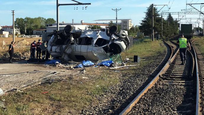 Tekirdağ'da yük treni minibüse çarptı: 4 ölü