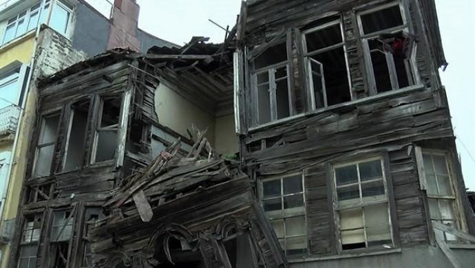Üsküdar'da metruk binada çökme meydana geldi