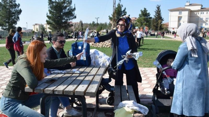 Viranşehir Belediyesi Kadınlar Gününde Karanfil Dağıttı
