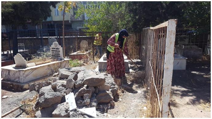 Viranşehir'de Kurban Bayramı Öncesi Mezarlıklarda Temizlik Hizmeti