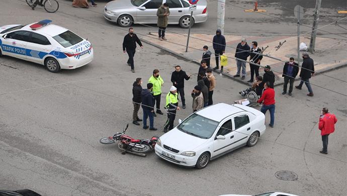 Yine aynı yolda kaza! Otomobil ile motosiklet çarpıştı