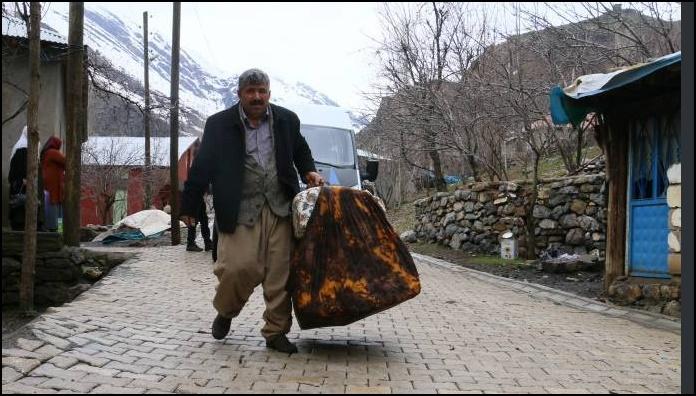Yoğun yağışlardan dolayı köylüler evlerini terk etti