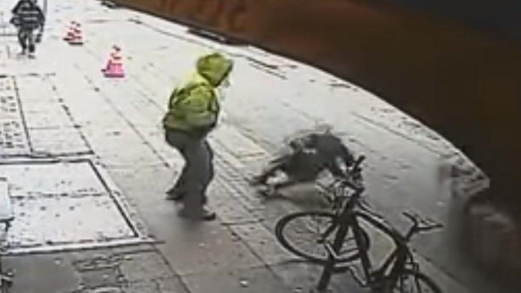 Yolda yürüyen adamı arabanın altına itti-(Videolu)